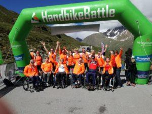 De groep Highlanders en andere deelnemers en begeleiders bij de HandbikeBattle