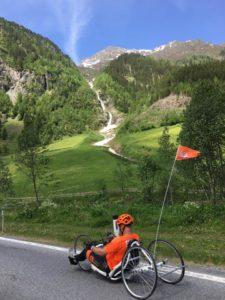 Een Highlander tijdens de klim in een prachtige omgeving in Oostenrijk
