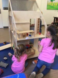 Meisjes spelen met poppenvilla