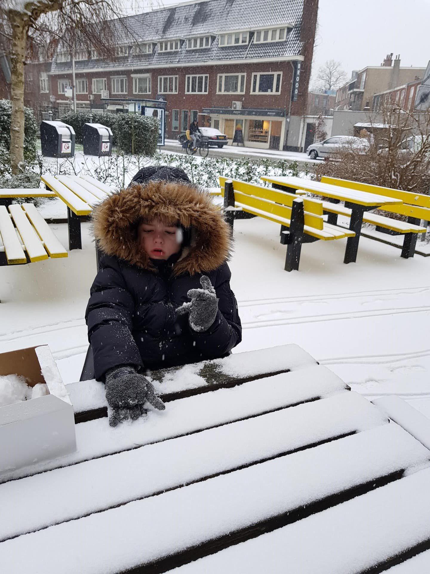Jason maakt sneeuwballen bij De Hoogstraat