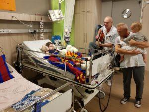 Jason in bed op de verpleegafdeling in De Hoogstraat
